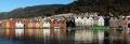 Bergen-Stadtkern-historischer-Weltkulturerbe-Unesco-Holzhaeuser-Architektur-Spiegelung-Panorama-Bryggen-Haeuser-Norwegen-Sony A7RII-DSC00780