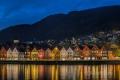 Bergen-Blaue-Stunde-Nachtaufnahme-Stadtkern-Spiegelung-historischer-Weltkulturerbe-Unesco-Holzhaeuser-Architektur-Bryggen-Haeuser-Norwegen-Sony A7RII-DSC00676
