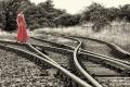 Bahngleise-Frau-rotes-Kleid-Abstellgleis-CXO1I9289