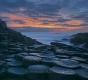 Landschaften-Wild-Atlantic-Way-Basalt-Abenddaemmerung-Basalt-Basaltsaeulen-Meereskueste-Irland-Nordirland-irische-nordirische-A_NIK4598a