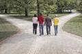 beruftswahl-entscheidung-alternative-bildungsweg-studentengruppe-park-scheideweg-b_mg_7727