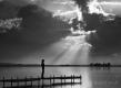 frau-natur-kraftfeld-aura-see-steg-silhouette-sonnenstrahl-g_o1i3200a