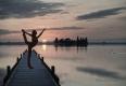 blumenwiese-frau-yoga-see-abendstimmung-sonnenuntergang-i_mg_2057a