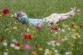 blumenwiese-mann-relaxen-entspannung-pause-ausruhen-ruhe-j_mg_1192