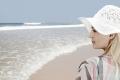 frau-urlaub-meer-strand-kueste-sonnenhut-e_mg_6440