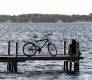mann-fahrrad-steg-see-pause-besinnung-stille-einsamkeit-axo1i8653