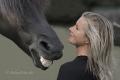 Humor-laecheln-Pferd-Frau-blond-witzig-Pferdezaehne-Pferdegebiss-Gebiss-A_DSC1844b