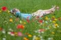 mann-relaxen-entspannung-ruhe-blumen-wiese-j_mg_1192